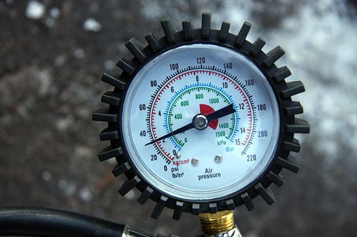 Автомобильным насосом до скольки можно поднять давление