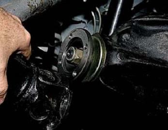 Замена сальника ведущей шестерни редуктора заднего моста Chevrolet Niva