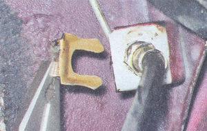 замена тормозного шланга тормозного механизма переднего колеса на автомобиле ваз 2107